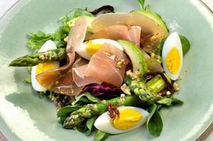Blandet salad med spekemat og egg